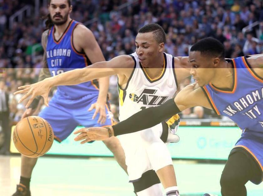El jugador de Jazz Dante Exum (c) disputa el balón con Russell Westbrook (d), de Thunder, hoy, miércoles 14 de diciembre de 2016, durante un partido de la NBA en la Energy Solutions Arena de Salt Lake City, Utah (EE.UU.). EFE