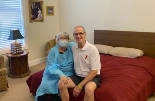 Mary Daniel i el seu marit Steve fotografiats a la residència d'avis on viu ell a Jacksonville, Florida. Ella es va oferir a treballar rentant plats al geriàtric per tal de poder veure-ho enmig de la quarantena de l'coronavirus.