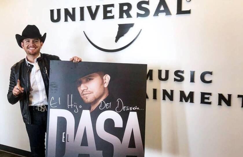 """En esta foto, se aprecia a El Dasa mientras promueve su nueva aventura musical, """"El hijo del desierto""""."""