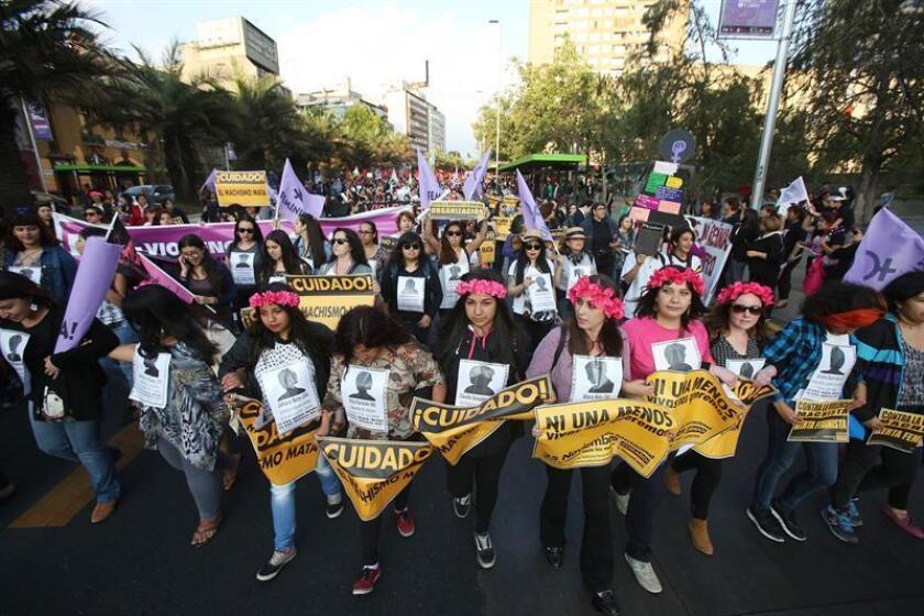 Miles de personas marcharon hoy por las calles de la capital chilena en el Día Internacional de la Eliminación de la Violencia hacia las Mujeres, que en Chile este año ya ha dejado 34 víctimas a manos de sus parejas.