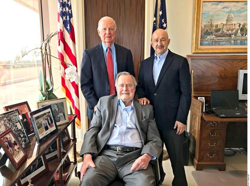 Los promotores de la firma del Tratado de Libre Comercio (TLC), los entonces presidentes Carlos Salinas y George Bush, así como el ex Secretario de Estado, Jim Baker III, se reunieron en Houston.