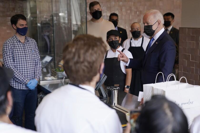 El presidente Joe Biden visita la Taquería Las Gemelas en Washington.