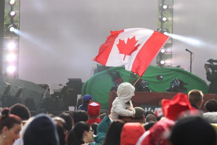 Miles de personas participan el sábado 1 de junio de 2017, en la celebración del Día del Orgullo en Toronto (Canadá). Cerca de 800.000 personas se dieron cita en la marcha, que por primera vez no contó con el desfile de la Policía, como en anteriores ediciones. EFE/Archivo