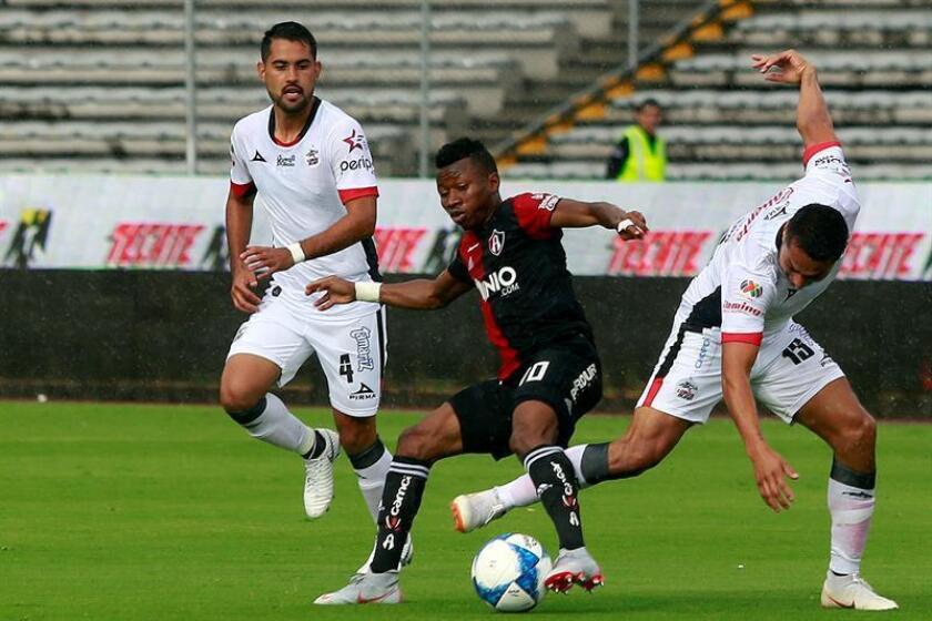 El centrocampista ghanés Clifford Aboagye (c), del Atlas del fútbol mexicano, afirmó hoy que el técnico argentino Ángel Guillermo Hoyos ha sido importante para que el equipo lograra su segunda victoria el viernes pasado luego del mal inicio en Apertura 2018. EFE/ARCHIVO