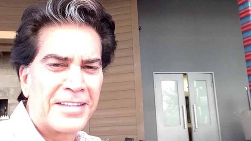 El artista de 73 años dio un recital en Colombia acompañado de un tanque de oxígeno, lo que hizo que las redes sociales se llenaran de mensajes de aliento para el cantante.