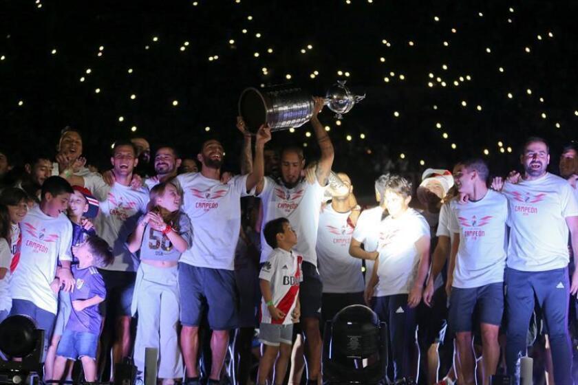 Los jugadores de River Plate celebran con su hinchada luego de ganar la Copa Libertadores y disputar el Mundial de Clubes de la FIFA, hoy, en el estadio Monumental, en Buenos Aires (Argentina). EFE
