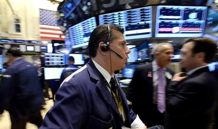 Corredores de Bolsa trabajan en el parqué de la Bolsa de Nueva York, Estados Unidos. EFE/Archivo