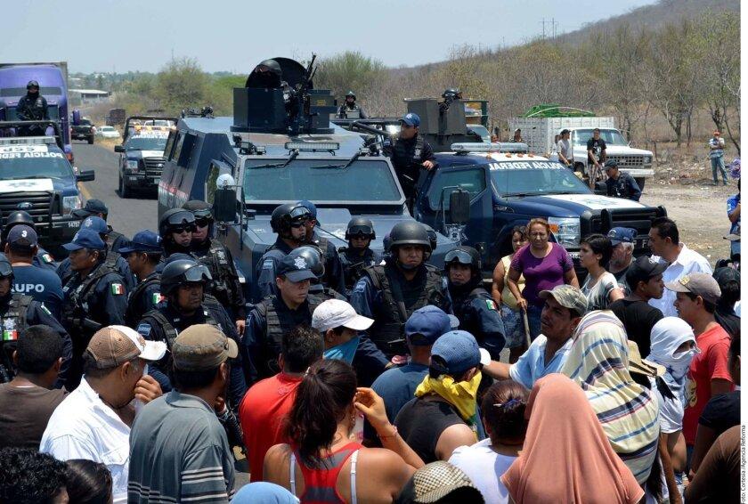 Pobladores que exigen la liberación de comunitarios de Buenavista Tomatlán retuvieron a al menos 20 soldados del operativo desplegado en esa zona.