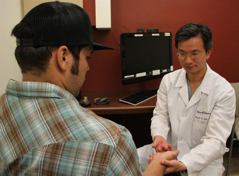 """Un grupo de científicos de una universidad californiana está probando en pacientes con lesiones de columna un método de estimulación eléctrica para ayudar a la médula espinal a encontrar """"vías alternativas"""", como hacen los conductores """"cuando hay un atasco en una autopista"""". EFE/UCLA/SÓLO USO EDITORIAL/NO VENTAS"""