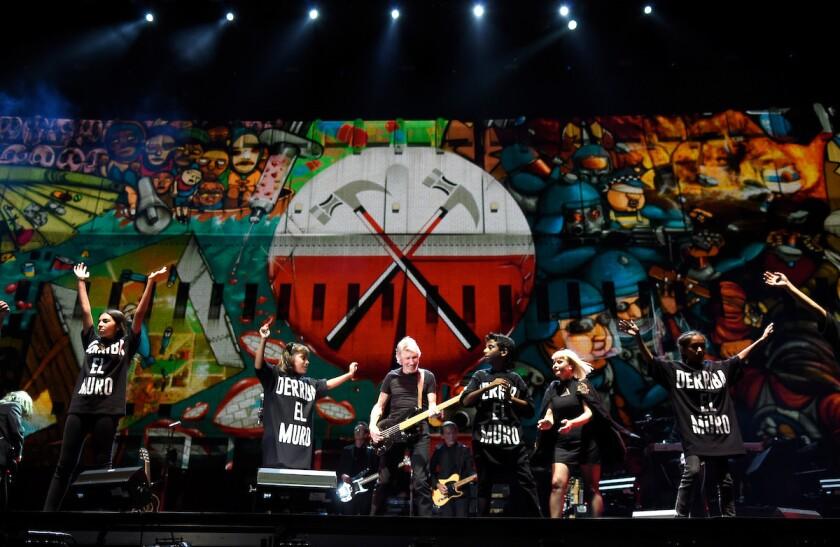 El fundador de Pink Floyd Roger Waters dio su apoyo a la comunidad latina de EE.UU. que es afectada por las propuestas de Donald Trump durante su memorable acto en el festival Desert Trip.