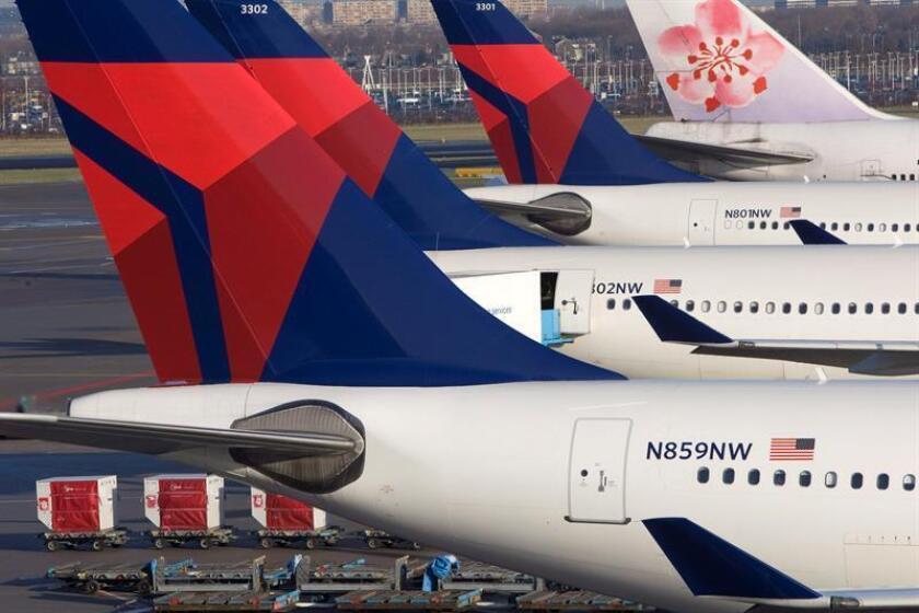 Varios aviones de Delta-Northwest son repostados antes de su despegue en el aeropuerto de Schiphol, Amsterdam, Holanda. EFE/Archivo