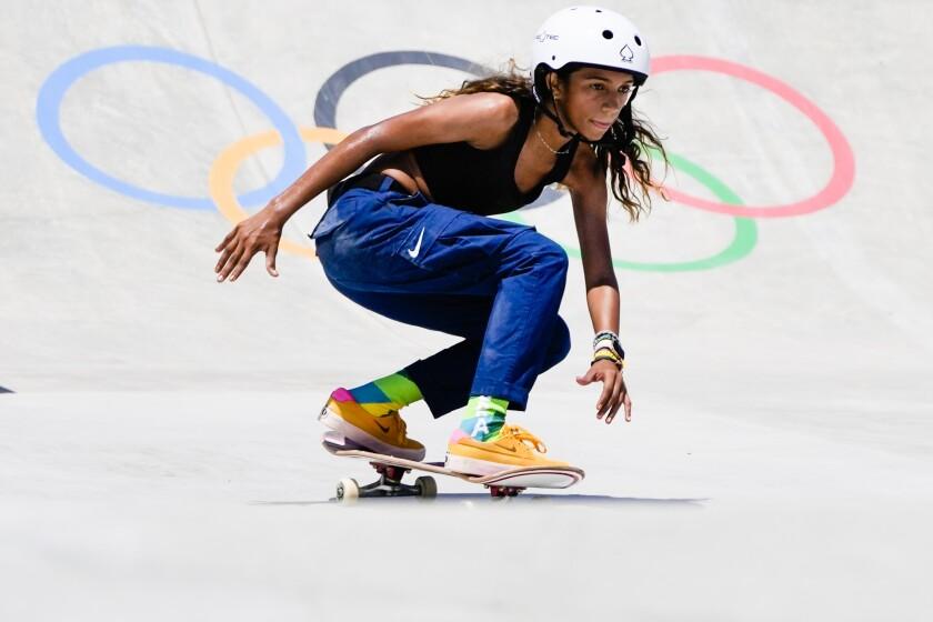 La skater brasileña Rayssa Leal entrena para la prueba de skateboarding en los Juegos Olímpicos de Tokio