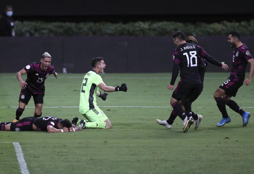 Los jugadores de la selección de México festejan luego de imponerse 5-4 a Honduras en penales