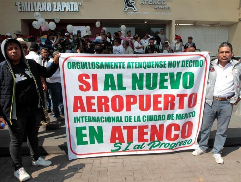 Habitantes del municipio de Atenco (México) participan en una manifestación hoy, viernes 26 de octubre de 2018. En un ambiente de cierta tensión y con opiniones enfrentadas, los vecinos del municipio de Atenco, cercano a las obras del Nuevo Aeropuerto Internacional de Ciudad de México (NAIM), votan en el plebiscito para decidir el futuro de este proyecto. EFE