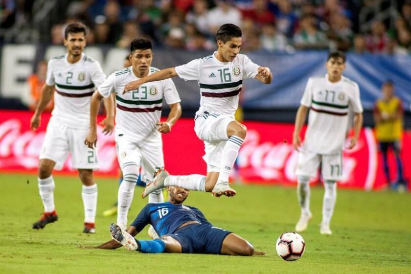 Julian Green (abajo) de Estados Unidos disputa un balón con Erick Aguirre (c-arriba) de México durante un juego amistoso entre Estados Unidos y México en el estadio Nissan en Nashville (EE.UU.). EFE