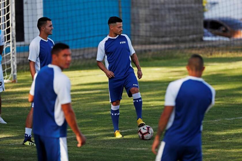 Stefano Cincotta (c) de la selección de fútbol de Guatemala participa en un entrenamiento en Ciudad de Guatemala (Guatemala).