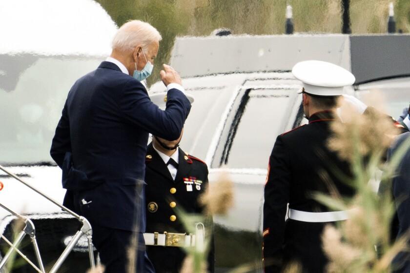 El presidente Joe Biden desciende del helicóptero presidencial Marine