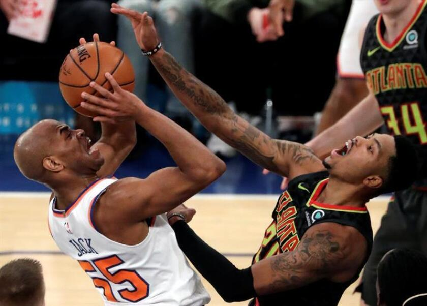 New York Knicks guard Jarrett Jack (L) tries to put up a shot past a defending Atlanta Hawks guard Kent Bazemore (R) in the second half of the NBA basketball game between the Atlanta Knicks and the New York Knicks at Madison Square Garden in New York, New York, USA, 10 December 2017. EFE