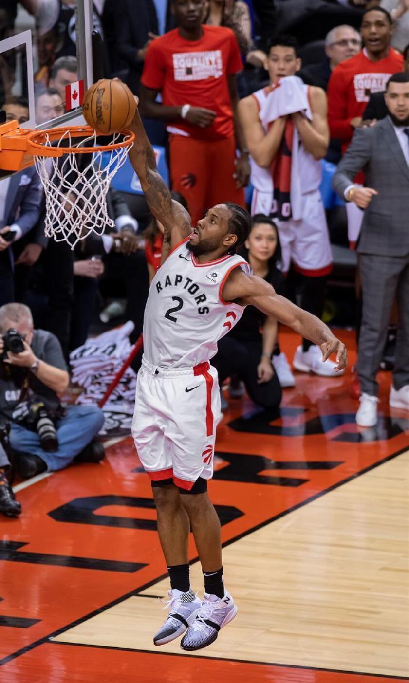 El jugador Kawhi Leonard de Toronto Raptors encesta durante un partido de baloncesto de la NBA. EFE/Archivo
