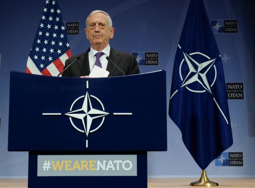El secretario de Defensa estadounidense, Jim Mattis, ofrece una rueda de prensa tras la reunión ministerial de la OTAN celebrada en Bruselas (Bélgica) hoy, 15 de febrero. EFE