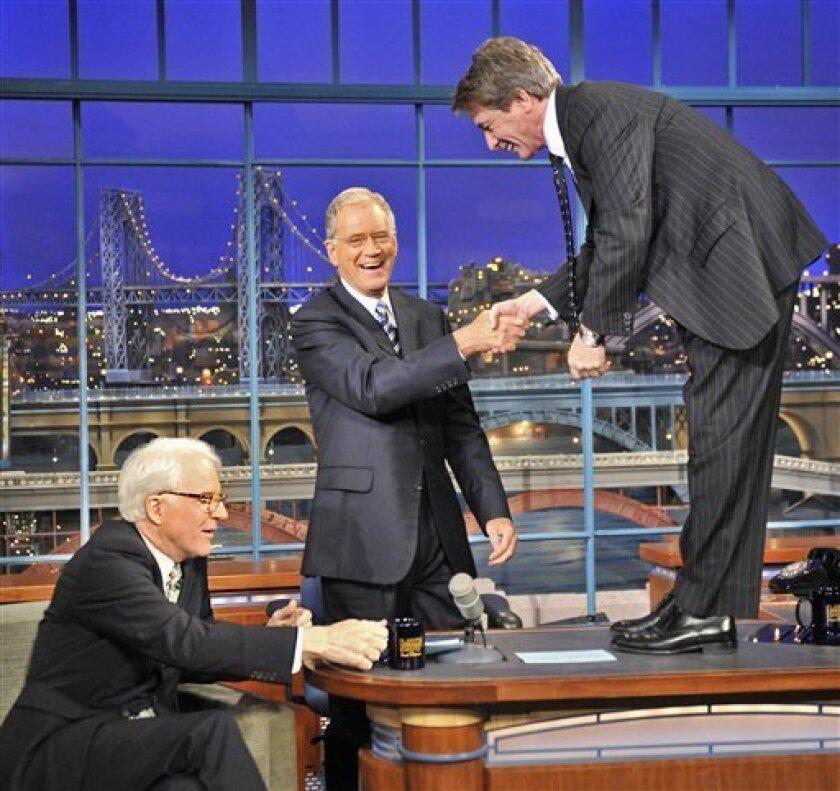 """El actor Steve Martin, izquierda, y el comediante Martin Short participan con David Letterman, centro, en la grabaci�el programa """"The Late Show with David Letterman"""" el lunes 5 de octubre del 2009 en Nueva York. La imagen, publicitaria, fue difundida por la cadena televisiva CBS. (Foto AP/CBS, John Paul Filo)"""