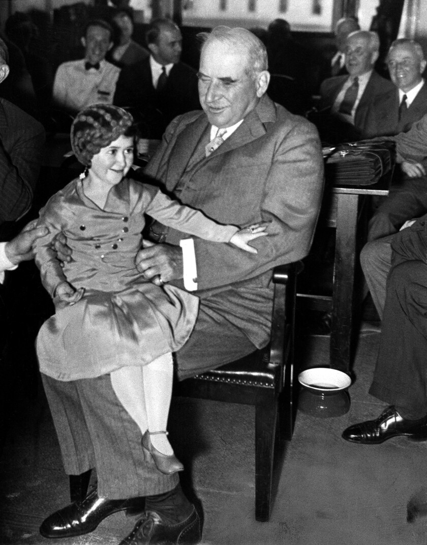 """J.P. """"Jack"""" Morgan Jr. sostiene a la intérprete Lya Graf en su rodilla durante las audiencias de Pecora en 1933."""