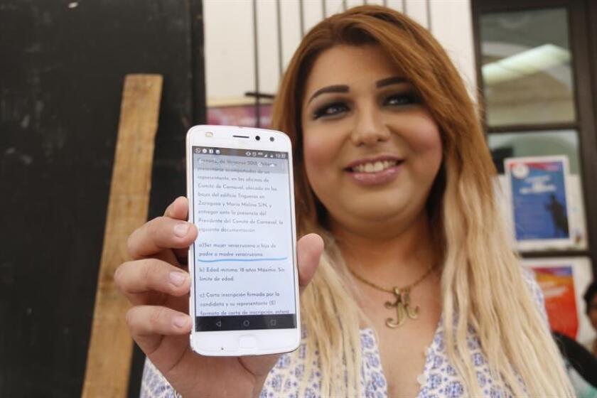 Karla Grijalva, transexual originaria del estado de Veracruz, muestra la documentación presentada al Registro Civil hoy, lunes 15 de octubre de 2018, en puerto de Veracruz (México). EFE