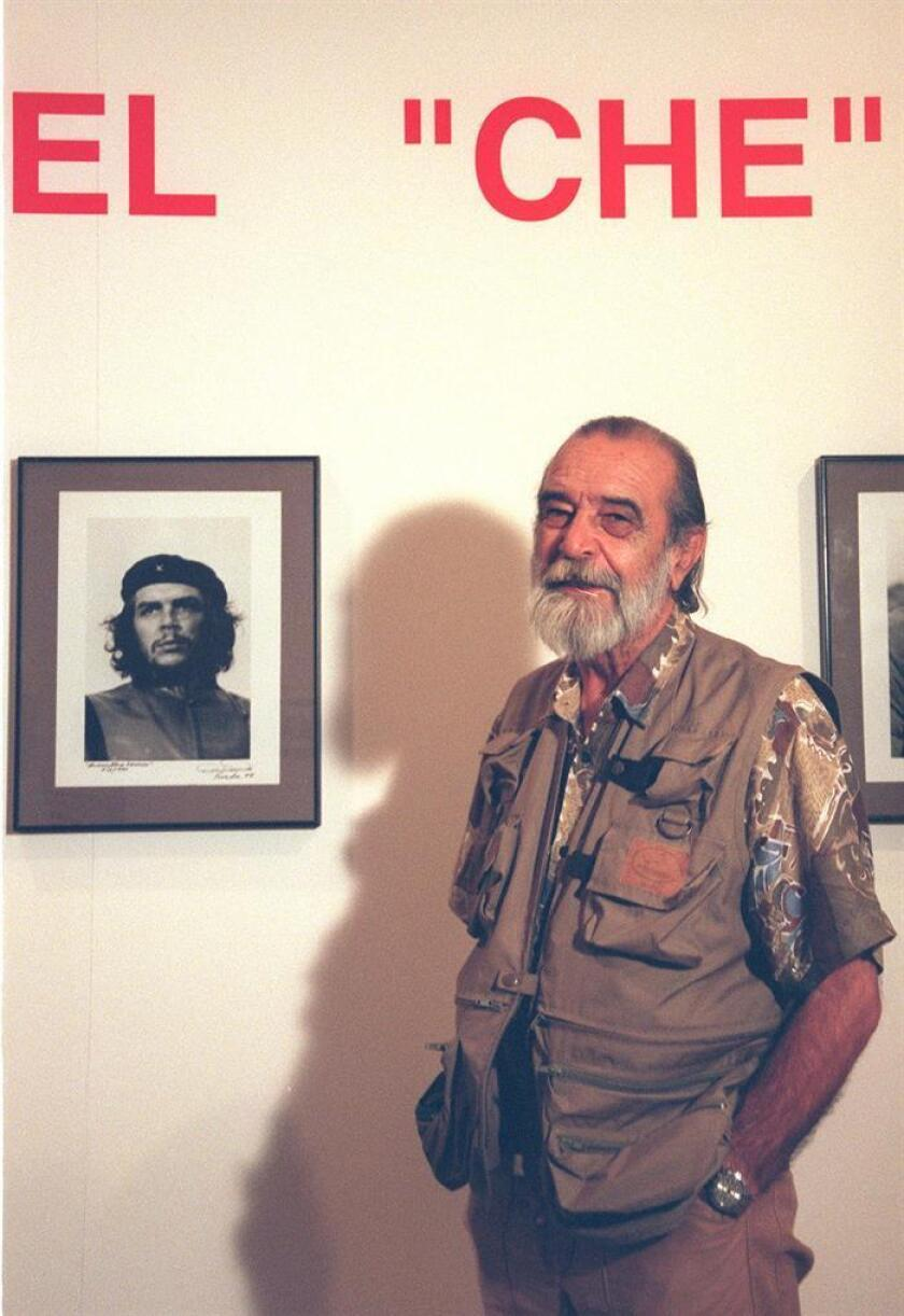 El fotografo cubano Alberto Korda, posa unto a una de sus fotos más emblemáticas del Che Guevara. EFE/Archivo