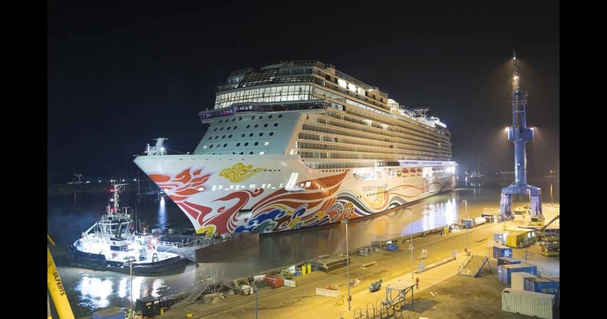 Krank Norwegian Cruise Line Passagiere überprüft, die von den Sanitätern in L. A.
