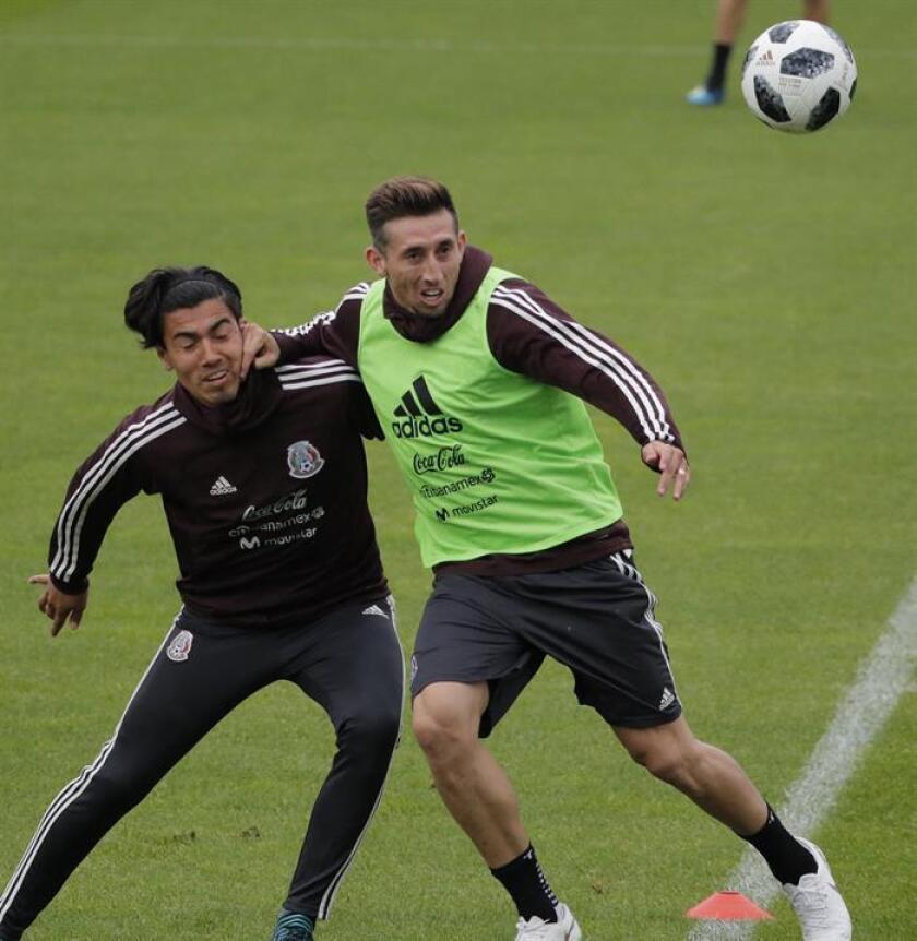El futbolista mexicano Erik Gutierrez (d), durante un entrenamiento con la selección de su país. EFE
