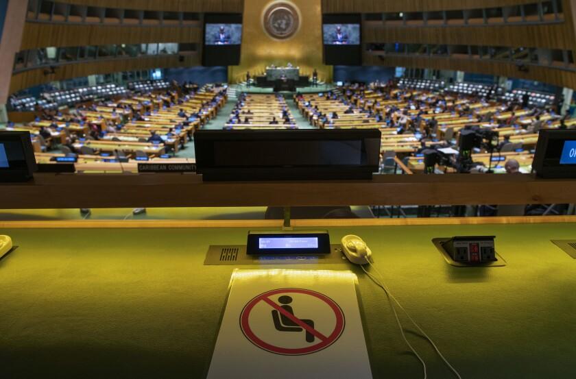 Un asiento, con un cartel que impide sentarse en él por las restricciones contra el coronavirus, en la 76ta Asamblea General de Naciones Unidas durante la intervención del presidente de República Democrática del Congo, Felix Tshisekedi, el 21 de septiembre de 2021, en Nueva York. (Eduardo Muñoz/Pool Photo via AP)