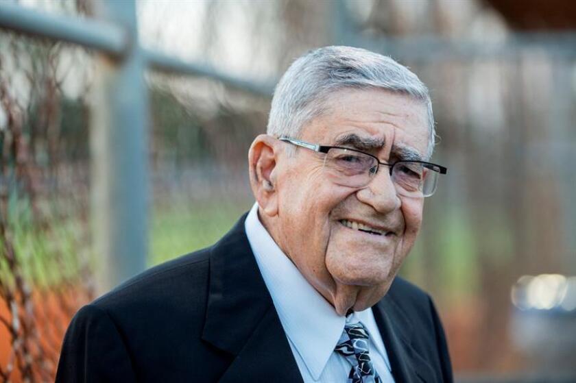 """El veterano locutor radial cubano de 93 años y narrador del equipo de los Marlins de Miami, Rafael """"Felo"""" Ramírez, posa hoy, miércoles 14 de diciembre de 2016, durante un homenaje en su honor en el El campo de béisbol número tres del Tropical Park de Miami (EE.UU.). EFE"""
