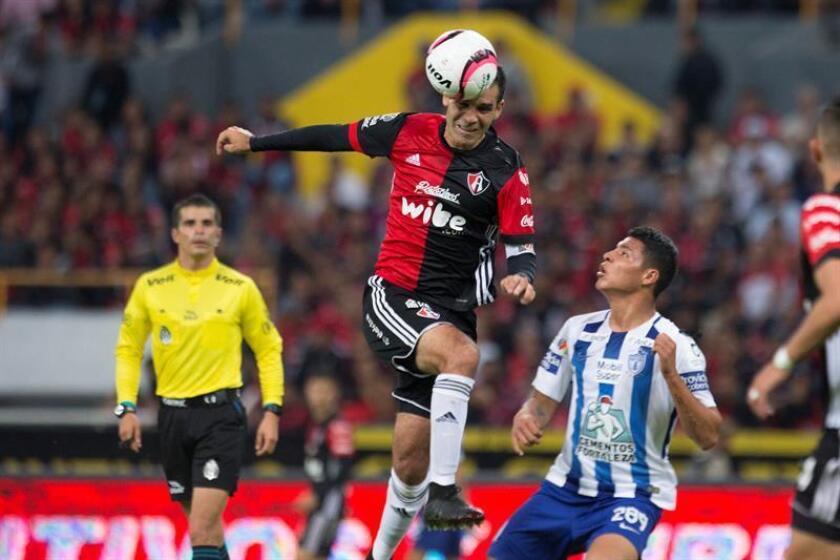 El jugador de Atlas Rafael Márquez (c) disputa el balón con Roberto de la Rosa (d) de Pachuca durante el juego correspondiente a la jornada 17 del torneo mexicano de fútbol celebrado en el estadio Jalisco de la Ciudad de Guadalajara (México). EFE