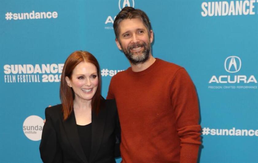 La actriz estadounidense Julianne Moore (i) y su esposo, el director estadounidense Bart Freundlich, fueron registrados este jueves a su llegada al estreno de la película 'After The Wedding', en desarrollo del Festival de Cine de Sundance 2019, en Park City (Utah, EE.UU.). EFE