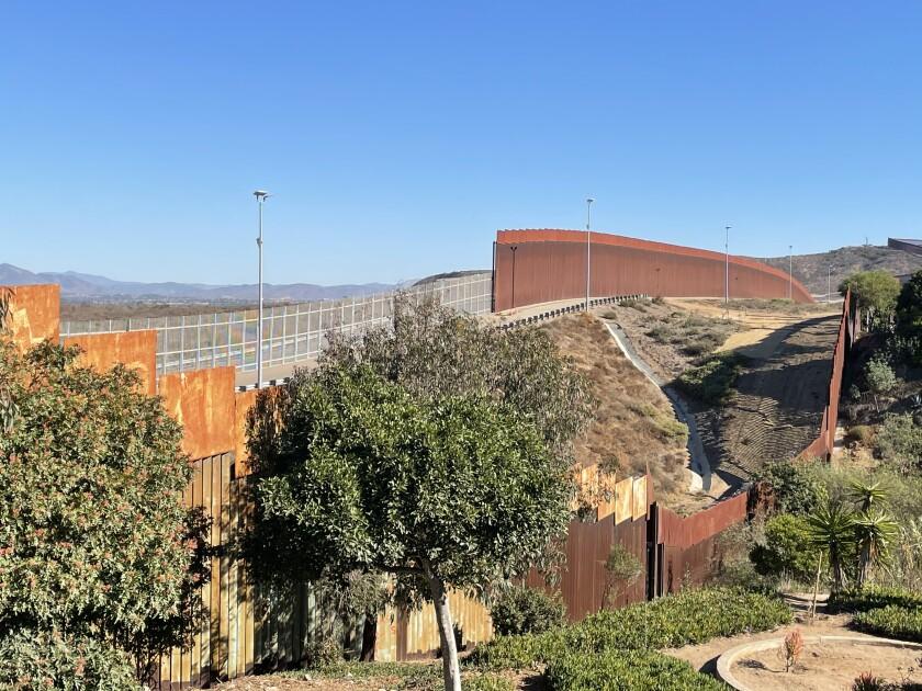 Vista de la línea fronteriza al este del Parque de la Amistad. Del lado izquierdo el muro actual y en el derecho
