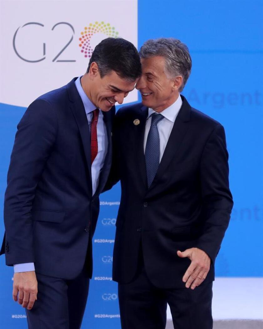 El presidente de Argentina, Mauricio Macri (d), recibe al presidente del Gobierno español, Pedro Sánchez (i), en el centro de convenciones Costa Salguero de Buenos Aires (Argentina) hoy, viernes 30 de noviembre de 208, en el marco de la Cumbre del G20. EFE