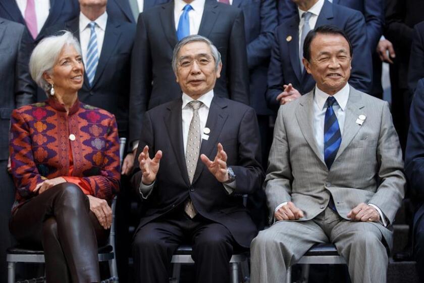 La directora gerente del Fondo Monetario Internacional (FMI), Christine Lagarde, el gobernador del Banco de Japón, Haruhiko Kuroda (c), y el ministro de Finanzas japonés Taro Aso, posan para la foto de familia de la asamblea de primavera del FMI y el Banco Mundial (BM), en la sede del FMI en Washington, EE.UU., el 20 de abril del 2018. EFE