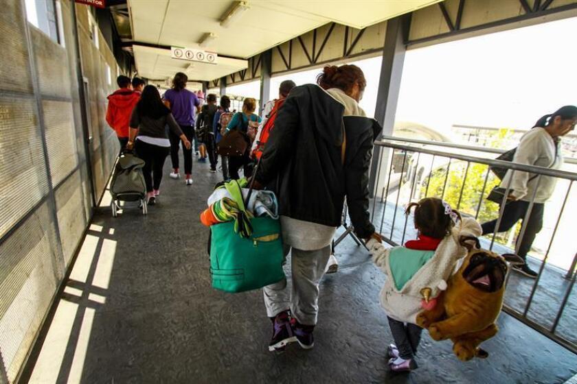 Por lo menos nueve familias de la caravana migrante que recientemente se entregó a las autoridades estadounidenses para solicitar asilo político han sido separadas en las últimas tres semanas, informó hoy el grupo Pueblo Sin Fronteras. EFE/Archivo