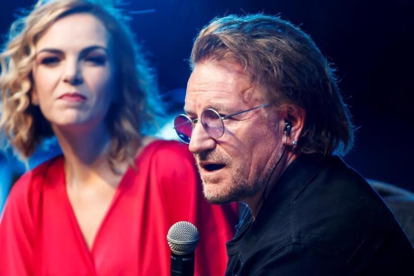 El cantante Bono, de la agrupación irlandesa U2, participa este viernes en el Foro Fundación Telmex, en Ciudad de México (México). EFE/ José Méndez