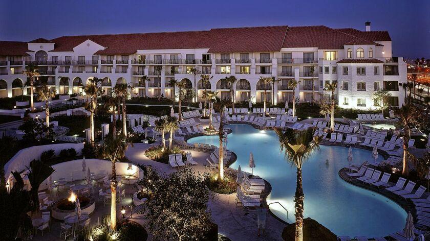 HUNTINGTON BEACH, CA: The Hyatt Regency Huntington Beach Resort and Spa has a lagoon style pool in s