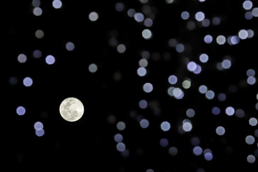 Vista general de la superluna, este martes desde la ciudad de Puebla, en el estado homónimo (México). La superluna de nieve tiene hoy su momento más brillante de los próximos siete años. EFE
