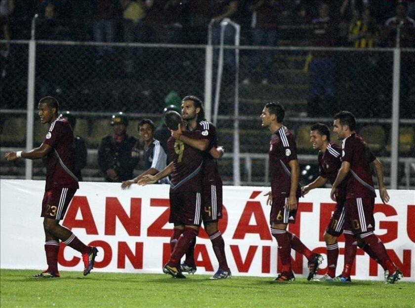 Venezuela dominó el balón desde el inicio con Juan Arango y Luis Manuel Seijas como los creadores de juego, pero se toparon con un muro defensivo salvadoreño liderado por Steven Purdy y Marcelo Posada. EFE/Archivo