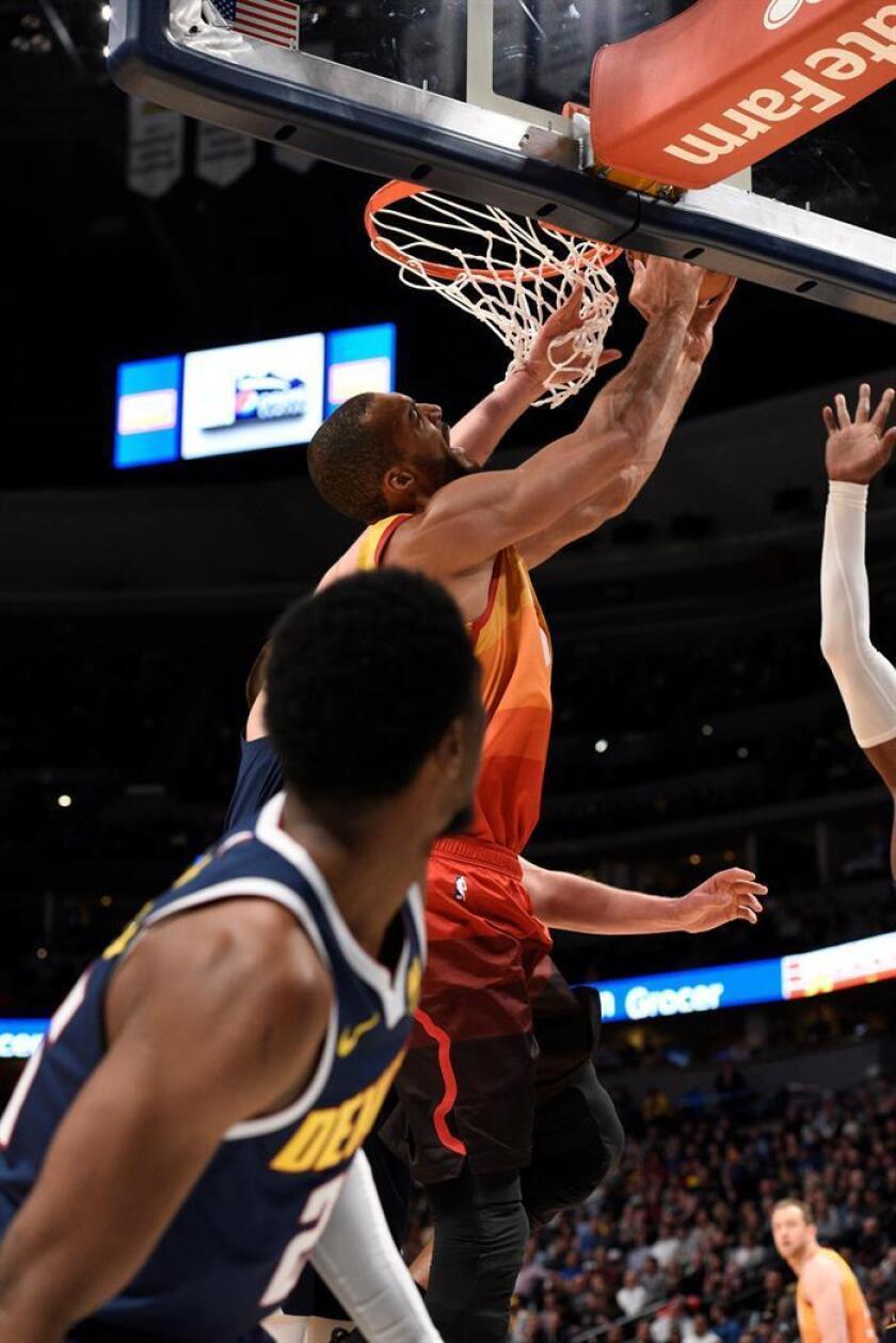 El jugador Rudy Gobert (d) de Utah Jazz en acción ante Malik Beasley (i) de Denver Nuggets este viernes durante un juego de la NBA entre Denver Nuggets y Utah Jazz, en el Pepsi Center en Denver (Estados Unidos). EFE