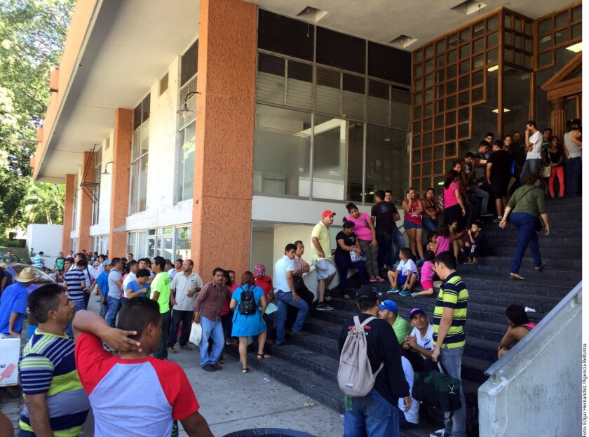Centenares de migrantes de Centroamérica forman a diario largas filas ante las oficinas de la Comar en Tapachula para solicitar refugio.