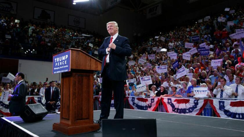 El candidato presidencial republicano Donald Trump llega a un acto de campaña en la Universidad de Carolina del Norte, Wilmington, el 9 de agosto pasado (Evan Vucci/Associated Press).