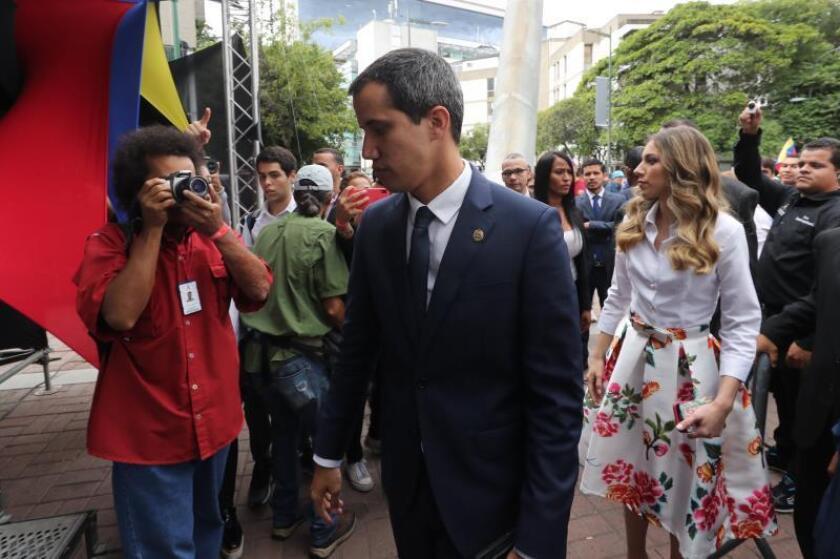 El presidente de la Asamblea Nacional venezolana, Juan Guaidó (c), en compañía de su esposa, Fabiana Rosales (d),a su llegada a una sesión especial de calle cuando se cumplen seis meses desde su autoproclamación como presidente interino del país, el martes 23 de julio, en la Plaza Alfredo Sadel, en Caracas (Venezuela). EFE/ Miguel Gutiérrez/Archivo