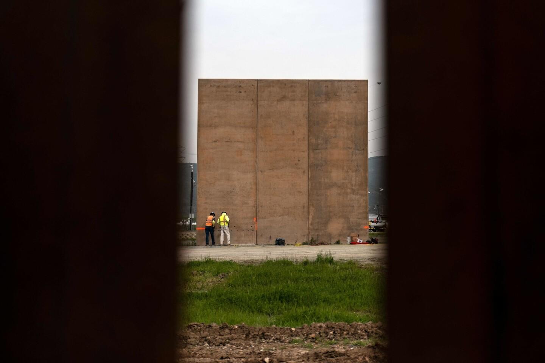 Trabajadores en uno de los prototipos del muro fronterizo en la frontera de Estados Unidos y México, vistos desde Tijuana, Baja California, el 26 de febrero de 2019. La semana pasada, el Departamento de Aduanas y Protección Fronteriza de los Estados Unidos informó que los prototipos del muro fronterizo del presidente Tump serían derribados para dar paso a una segunda barrera que separa a California y México.