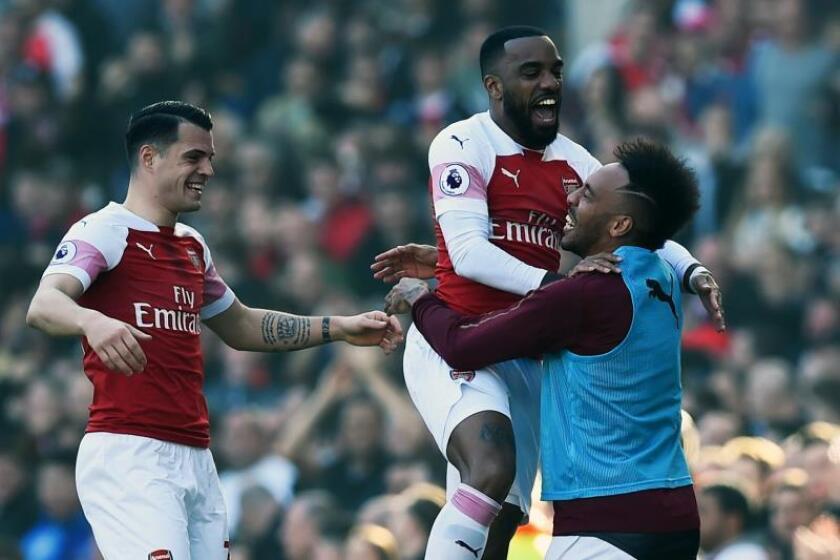El punta del Arsenal Alexandre Lacazette (c) celebra su gol con sus compañeros Granit Xhaka (I) y Pierre-Emerick Aubameyang (d) en el Emirates Stadium, de Londres. EFE/EPA