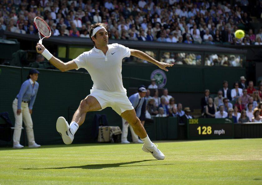 """El tenista suizo Roger Federer devuelve la pelota al croata Marin Cilic durante los cuartos de final del torneo de Wimbledon que se disputa en el All England Lawn Tennis Club de Londres, Reino Unido, hoy 6 de julio de 2016. EFE/Hannah Mckay S""""LO USO EDITORIAL/PROHIBIDO SU USO COMERCIAL ** Usable by HOY and SD Only **"""