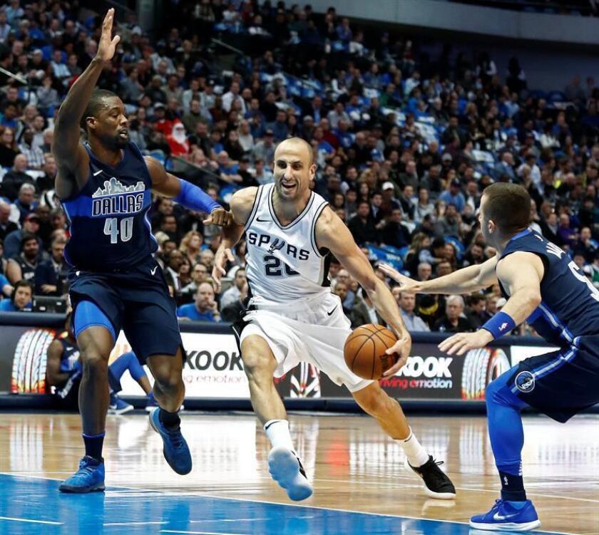 Manu Ginobili (c) de Spurs disputa el balón ante Harrison Barnes (i) y José Juan Barea (d) de Mavericks hoy, 12 de diciembre de 2017, durante su partido de la NBA entre San Antonio Spurs y Dallas Mavericks en Dallas (EE.U.U.). EFE